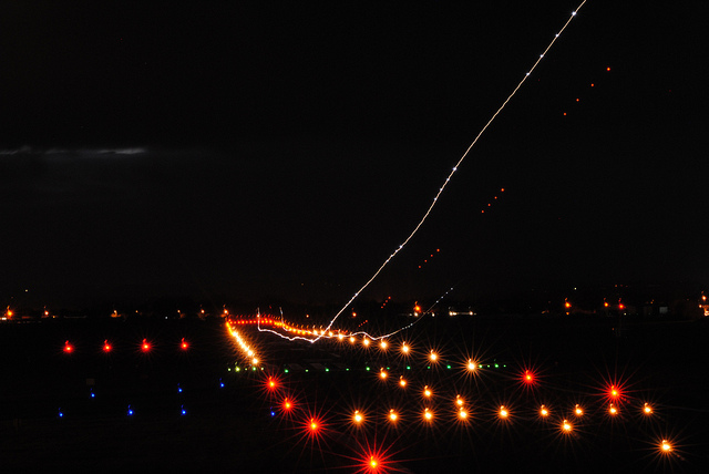 landing lights streaks at night - Savvy Passenger Guide to Airplane Lights- AeroSavvy